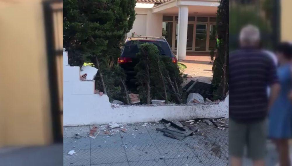 Un niño de 13 años empotra un coche contra el muro de un colegio en San Pedro Alcántara, Málaga