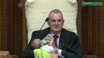 El presidente del Parlamento neozelandés cuida al hijo de un diputado durante un pleno