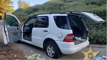 El vehículo que estaba intentando reparar el detenido junto a los envoltorios de tiritas