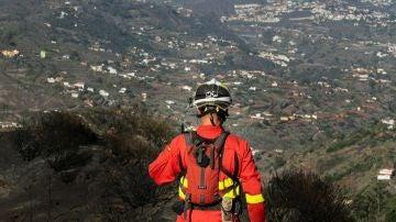 Un agente de la UME en labores de vigilancia en la zona afectada por el fuego en Valleseco, Gran Canaria