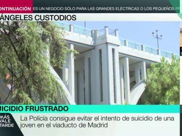 La Policía evita el intento de suicidio de una joven en el viaducto de Madrid