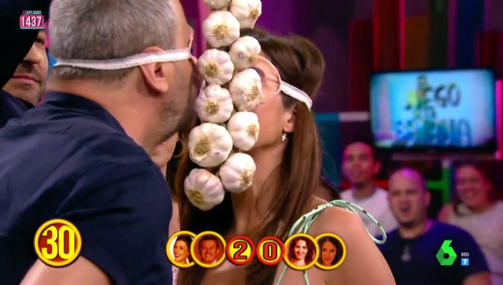 """Miki Nadal y Paula Prendes, a punto de besarse en 'El Juego de la SemAnna': """"Te ha tirado un bocado"""""""