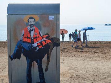 TVBoy homenajea al Open Arms con un grafiti en la playa de la Barceloneta