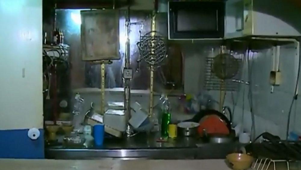 Imagen del garaje donde han sido encontradas dos gemelas en condiciones infrahumanas