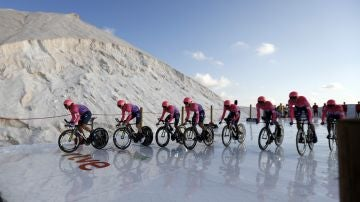 El equipo AG2 R La Mondiale, en la crono por equipos que da comienzo a la Vuelta