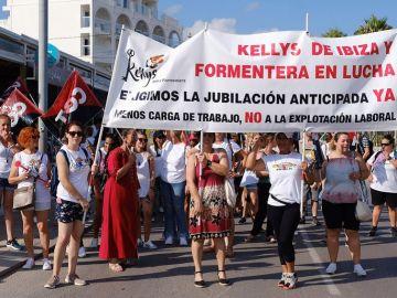 Limpiadoras y camareras de piso de hotel durante el primer día de huelga convocada por las 'kellys'