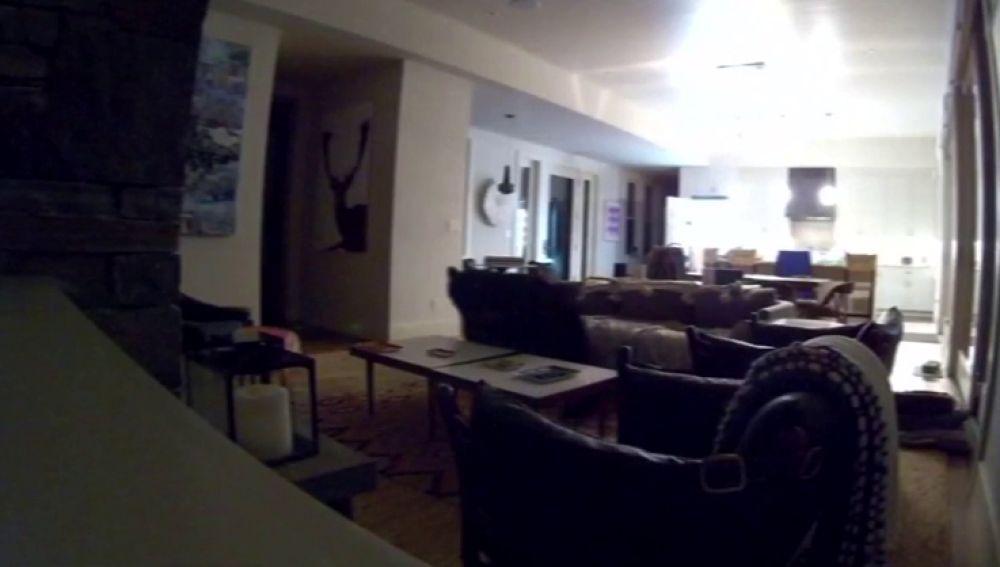 El aterrador momento en que un oso entra a una casa en California