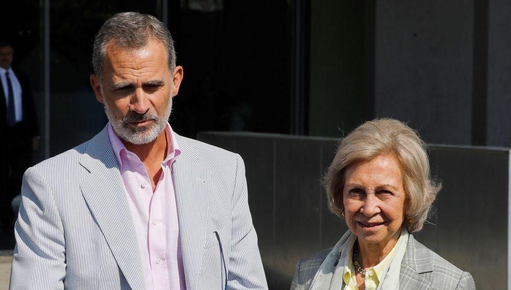 El rey Felipe y la reina Sofía abandonan el Hospital Clínico Quirón tras la operación