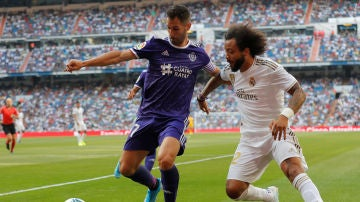 Javi Moyano intenta mantener el balón ante la presión de Marcelo