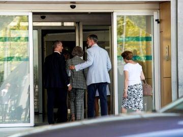 El rey Felipe VI y la reina Sofía han acudido este sábado al Hospital Universitario Quirón Salud-Madrid