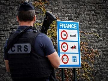 Un agente de Policía francesa participa en un control de seguridad