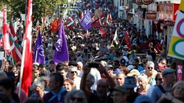 Manifestación de la Contracumbre del G7 que ha salido desde del puerto de Hendaya