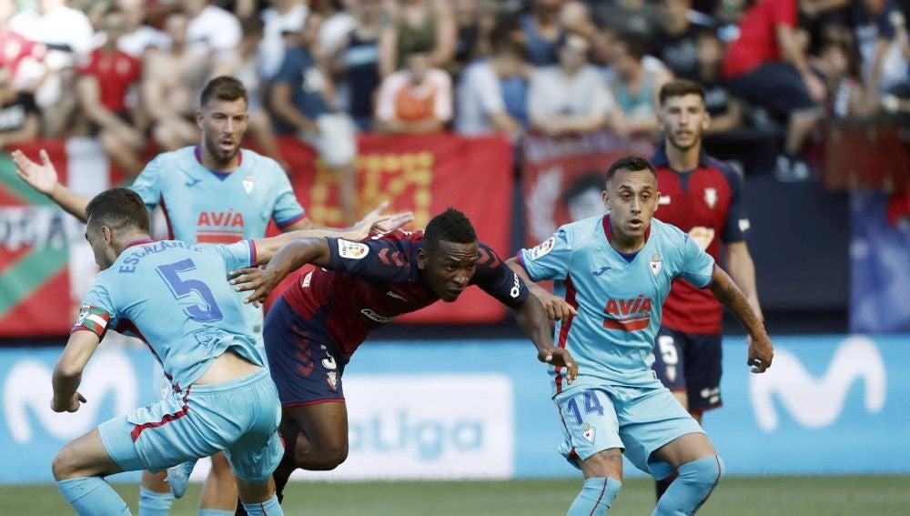 Momento del partido entre Osasuna y Eibar
