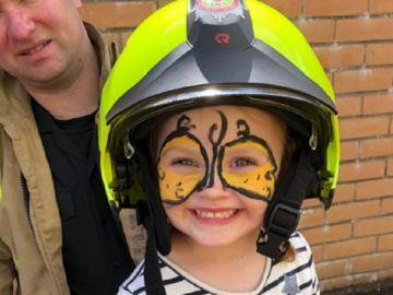 La pequeña Molly con un casco de bomberos