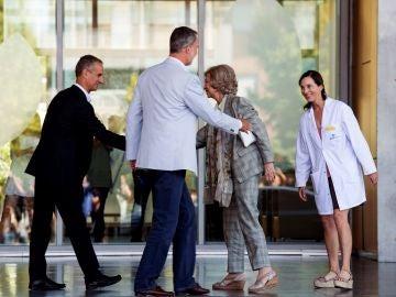 El Rey Felipe VI y la Reina Sofía a las puertas del hospital