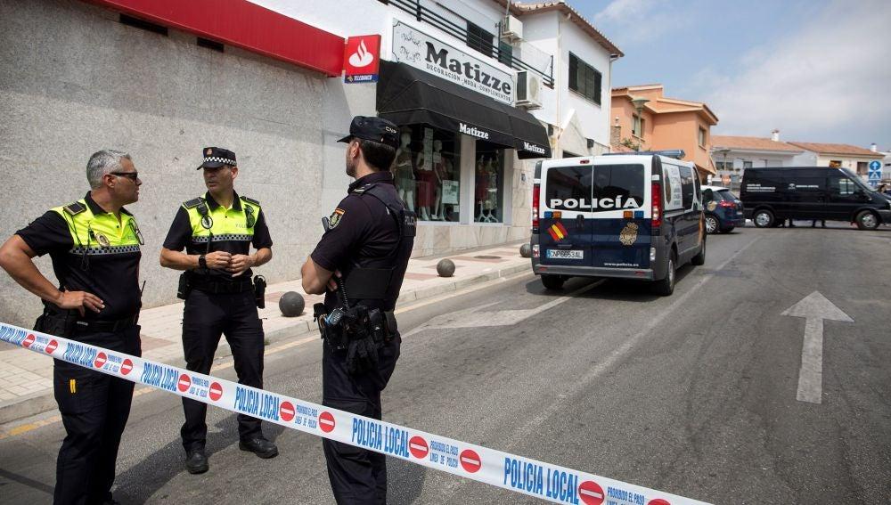 La Policía Nacional y Local controlan la zona junto al cadáver de la mujer de 81 años que ha sido encontrada muerta