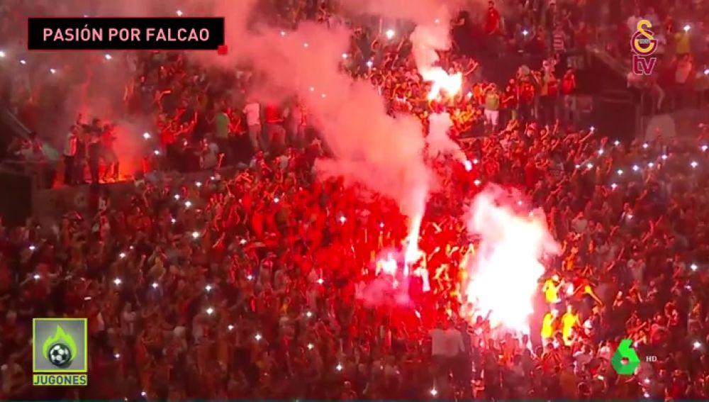 Locura en la presentación de Falcao con el Galatasaray: DJ, espectáculo de luces y muchas bengalas