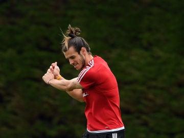 Gareth Bale, imitando un golpeo de golf