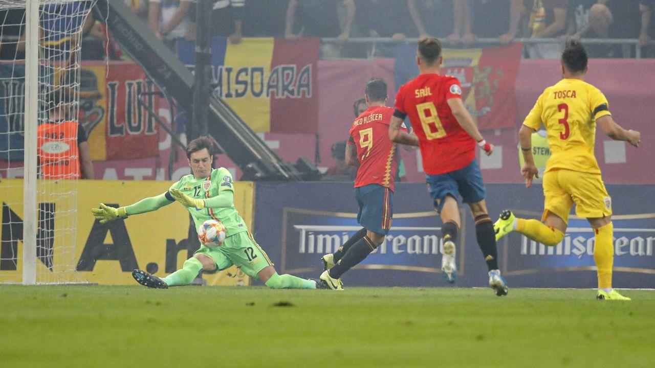 Paco Alcácer dispara ante Tatarusanu.