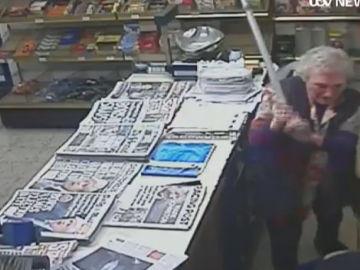 Una anciana apalea a un atracador