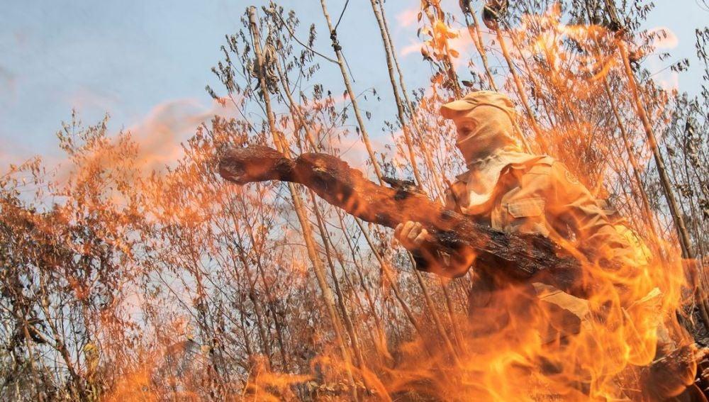 Un bombero tras las llamas cerca de Porto Velho (Brasil)