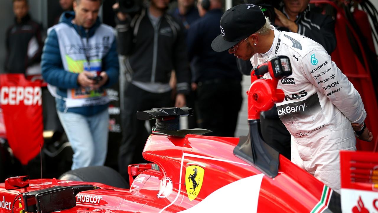 Hamilton observa el Ferrari