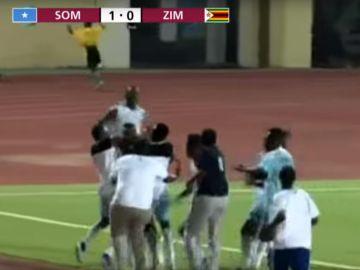 Los jugadores de Somalia celebran su victoria contra Zimbabue