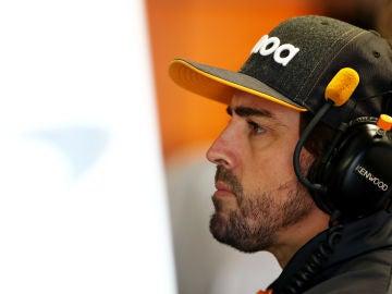 Fernando Alonso, en el box de McLaren durante el GP de Italia