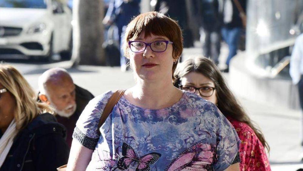 Jenny Haynes, víctima del pederasta, a la salida de los tribunales