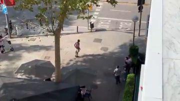 Intentan apuñalar a un turista para robarle la maleta en una calle de Barcelona