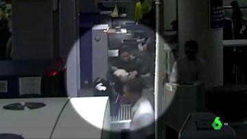 Detienen a una mujer en un aeropuerto de Filipinas por viajar con un bebé escondido en su bolso