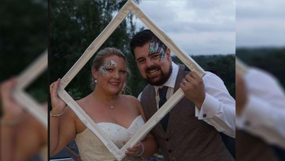 Shaun May y Laura durante su boda