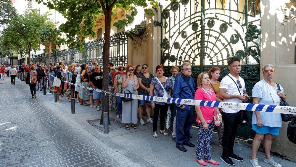 Decenas de seguidores hacen cola este lunes en la sede de la Sgae