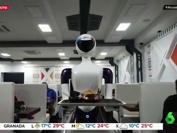 Un robot lleva la comida a las mesas del restaurante