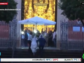 Unos camareros ayudan a una novia a llegar al altar