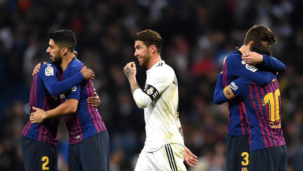 Sergio Ramos, rodeado de jugadores culés