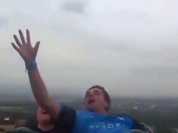 Atrapa al vuelo un móvil en una montaña rusa a 134 km/h