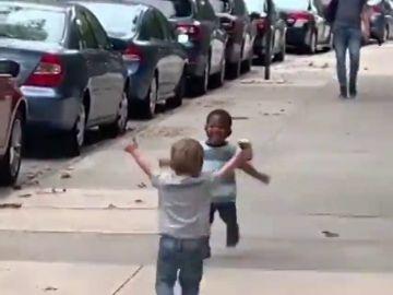 El tierno y efusivo abrazo de dos niños al reencontrarse en la vuelta al cole