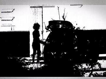 Momento en el que Ana Julia Quezada introduce el cadáver de Gabriel en el coche