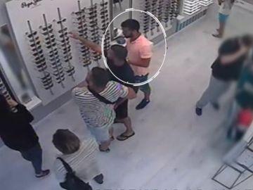 El vídeo del robo de tres miembros de 'La Manada' en un óptica de San Sebastián