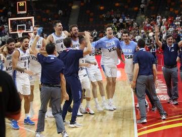 Selección argentina de baloncesto tras vencer a Serbia