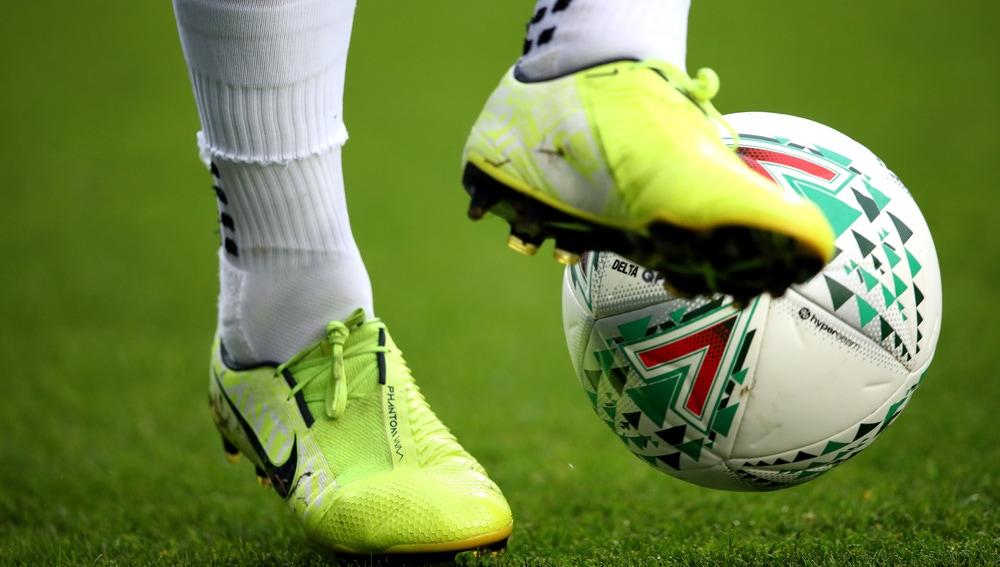 Un jugador de fútbol controla el balón
