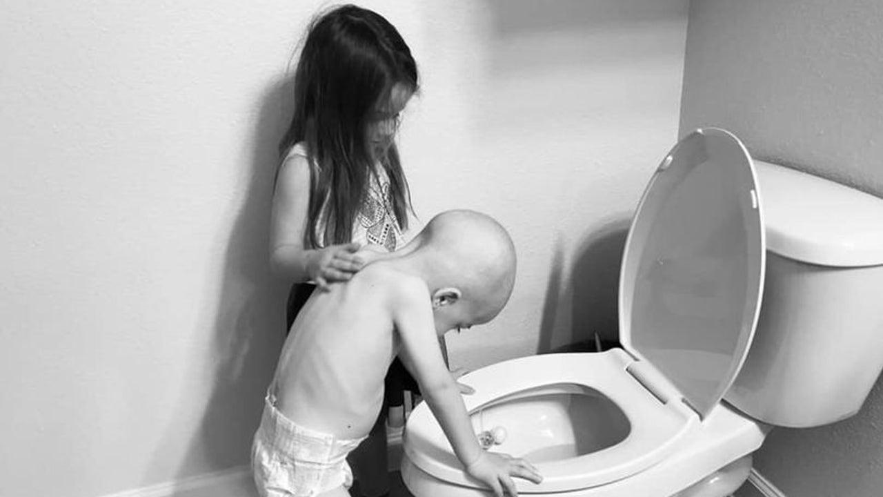 La pequeña no se separa de su hermano y le ayuda en su enfermedad