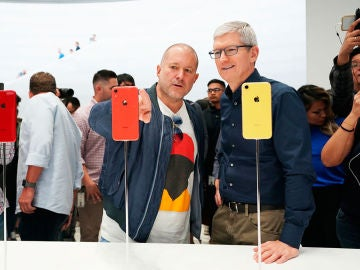 Jony Ive y Tim Cook echan un vistazo al iPhone XR.