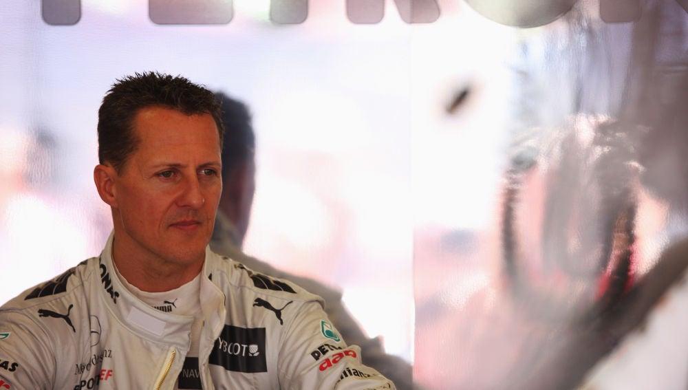 Michael Schumacher, pensativo en el box de Mercedes