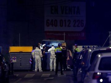 Agentes de la Policía registran el contenedor