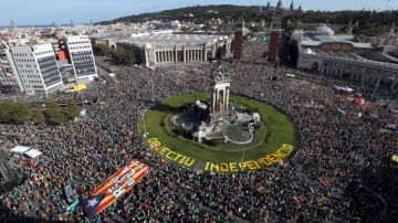 Numerosas personas se concentran en la plaza de España de Barcelona en la Diada
