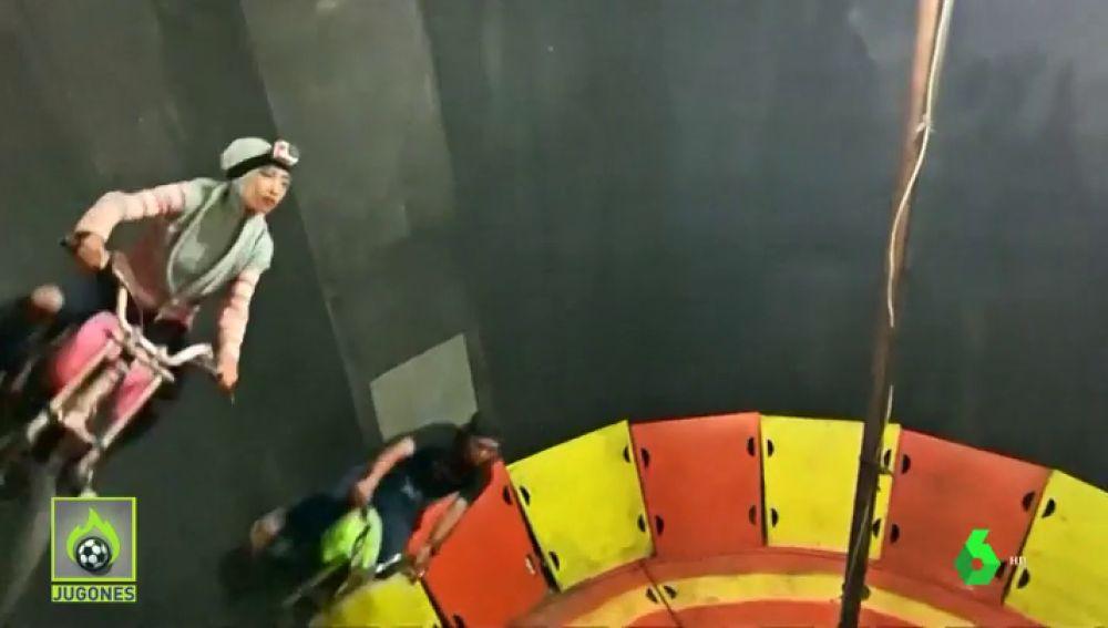 Las acrobacias sin casco que desafían a la gravedad de una motorista en una jaula