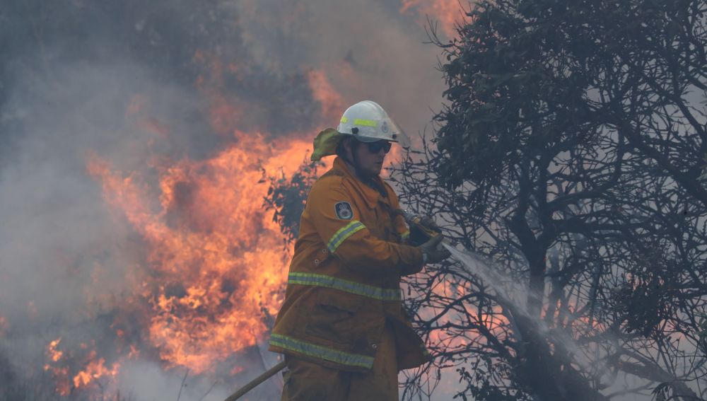 Un centenar de incendios calcina dos estados del este de Australia