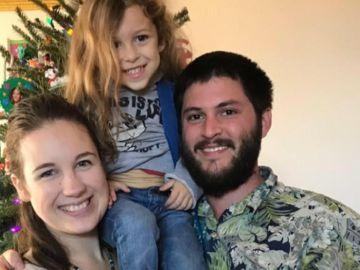 El pequeño Noah junto a sus padres